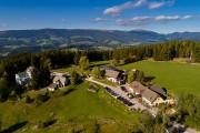 Der Gasthof Orthofer und seine Umgebung in einer Luftaufnahme.